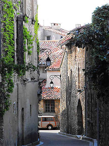 Petite rue du charmant village de Venasque