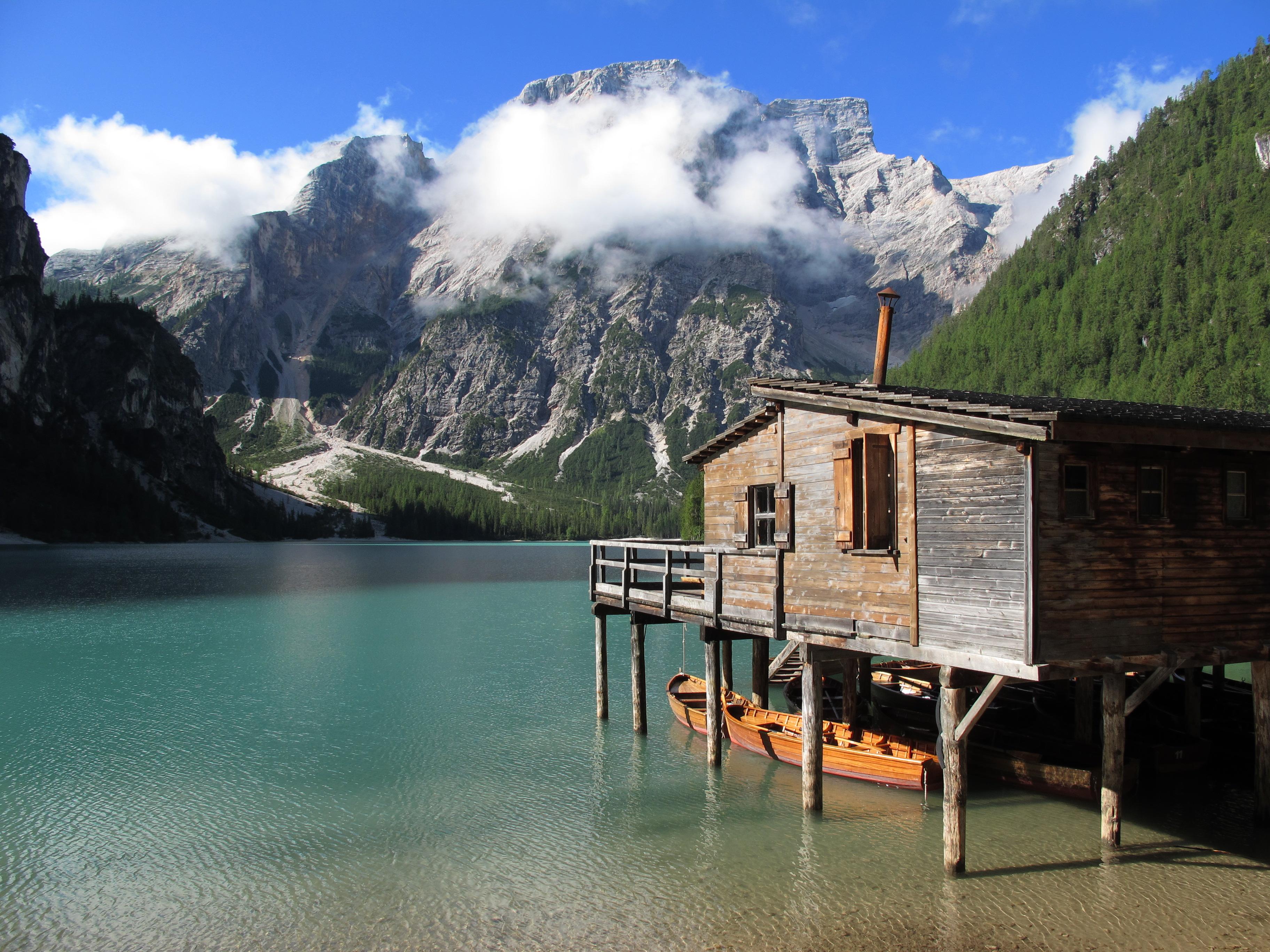 chalet sur le lac de braies montagne lacs lago di braies dolomites italie. Black Bedroom Furniture Sets. Home Design Ideas