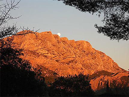 Coucher de soleil colorant la Sainte Victoire