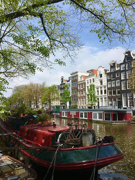 Des bateaux sur les canaux d'Amsterdam