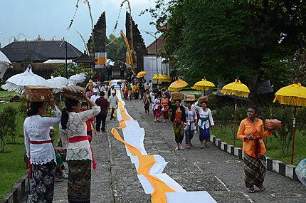 Cérémonie au Temple Ulun Danu