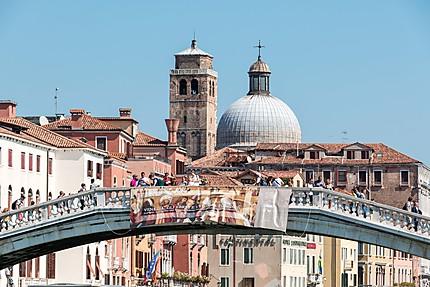 Le pont Scalzi et ses passants