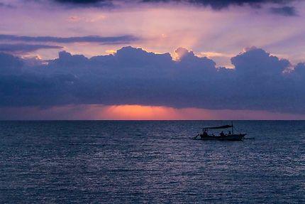 Bateau de pêcheurs au couché du soleil