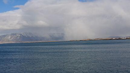 Vue depuis le long de mer à Reykjavík