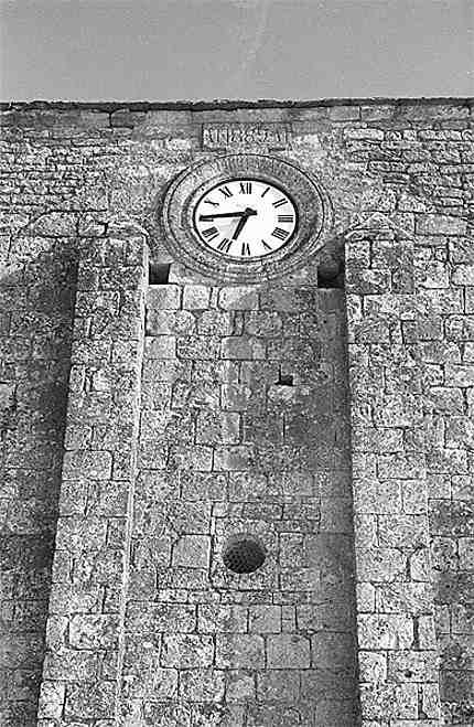 Le fronton de l'église de Nanclars avec son horloge