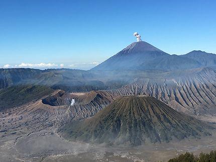 Les volcans Semeru et Bromo en activité