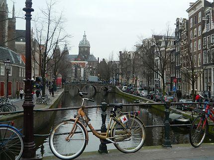 Canal, ponts et vélos dans le quartier rouge