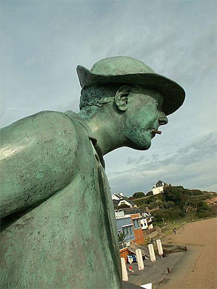 Statue de Monsieur Hulot (film de Jacques Tati) sur la plage de St Marc/Mer