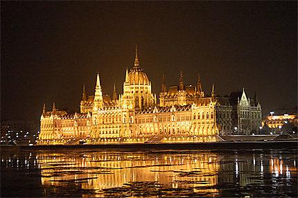 Parlement et blocs de glace sur le Danube
