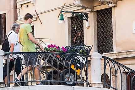 Pas facile d'être livreur à Venise,  escaliers...