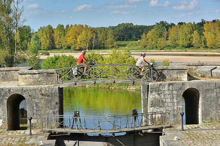 Cyclotouristes sur l'écluse de Mantelot, à Chatillon-sur-Loire