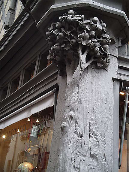 Sculpture sur la maison d'adam