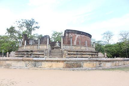 Ma déesse dans le beau site de Polonnaruwa