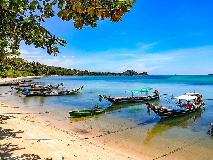 Plage de Thanod et ses bateaux de pêche, Thaïlande