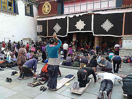 Prières devant le temple de Jokhang à Lhassa