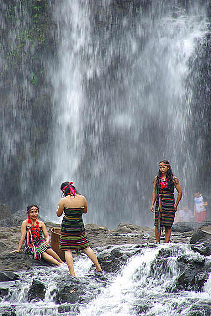 3 jeunes cambodgiennes à la cascade