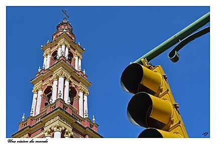 Au croisement d'une rue à Salta