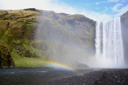 La cascade de Skogafoss et son arc en ciel
