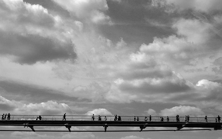 Millennium Bridge entre ciel et Tamise, Londres, par JPLGRBL