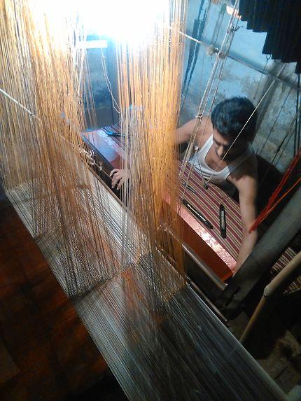 Tissage d'un sari dans un petit shop