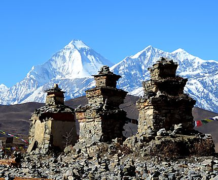 Stone stupas devant le Dhaulagiri 8167m
