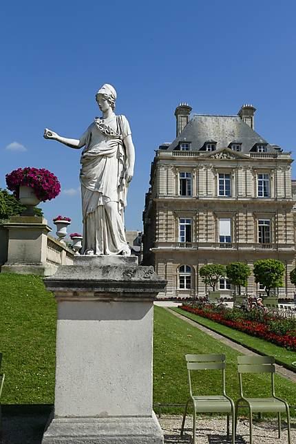 Statue de pierre du jardin de Luxembourg