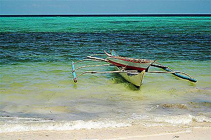 Barque à bascule sur le plage de Bogalog à Boracay