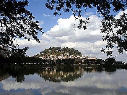 La colline du fort Voyron se mire dans le lac Anosy