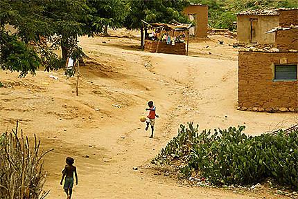 Enfants jouant au foot