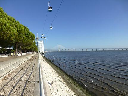 Près de cet immense pont, parc des Nations