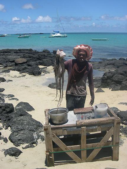 Ile Maurice - Un pêcheur vendant des poulpes