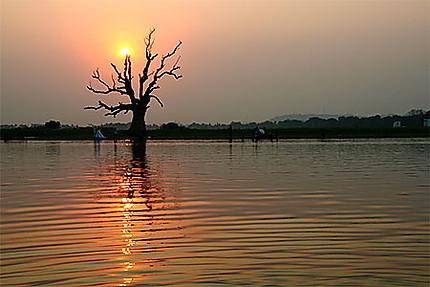 Couché de soleil sur le lac Amarapura