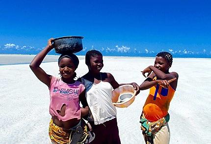 Fillettes sur la plage de Murrebué