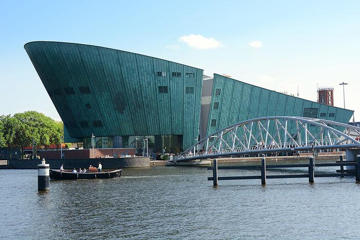 Arpenter à vélo le port d'Amsterdam