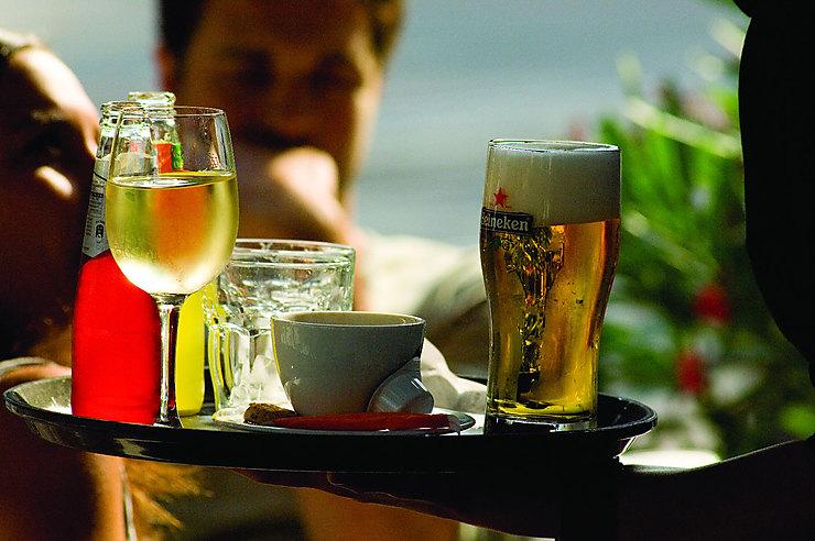 Déguster bières et genièvres dans un café brun…