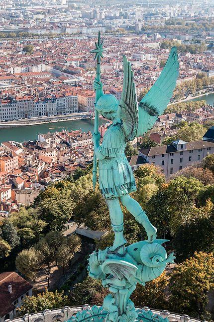 Lyon - L'archange Michel avec la ville à ses pieds