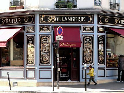 Belle devanture vintage de boulangerie à Paris