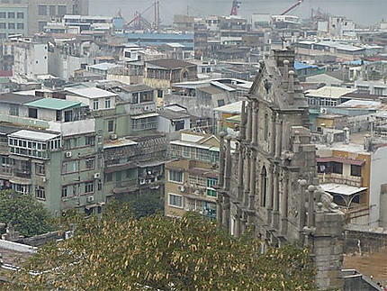 Les ruines de la cathédrale St Paul entourées par les immeubles