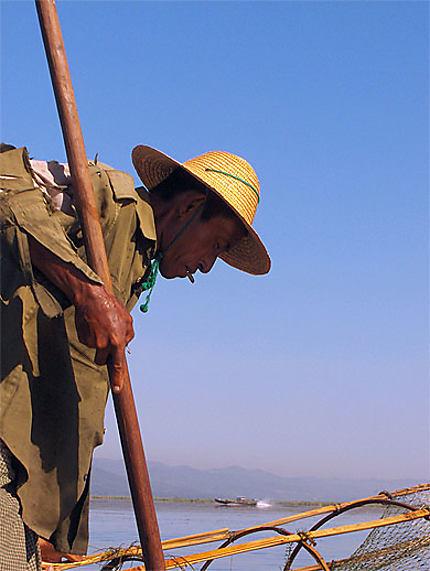 Pêcheur  Intha sur le lac Inlay