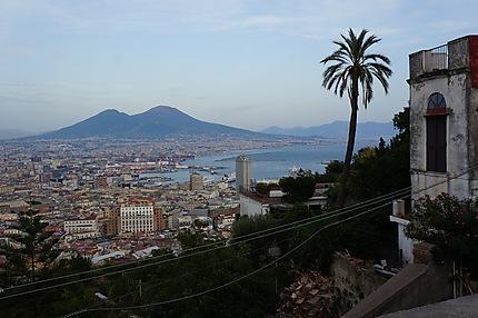 Vue de Naples avec le Vésuve au loin
