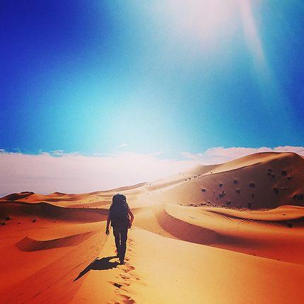 Marche dans les dunes du Sahara, Merzouga