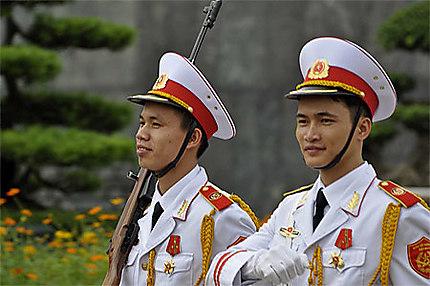 Soldiers en uniforme blanc près de Ho Chi Minh