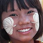 Petite vendeuse tres souriante