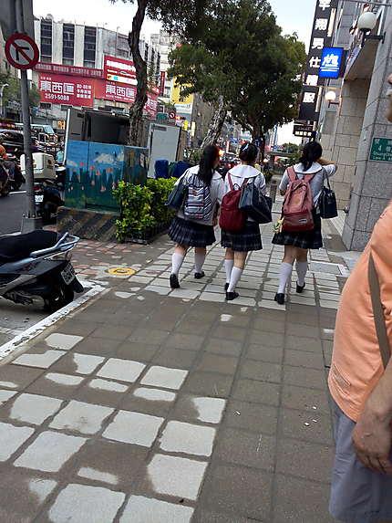 Les écolières en uniforme à Taiwan