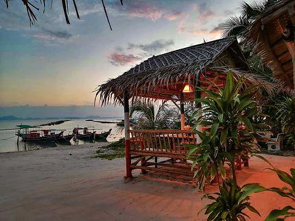 Coucher de soleil sur la plage et le sala
