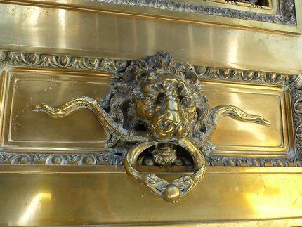 Tête de lion sur porte de Banque
