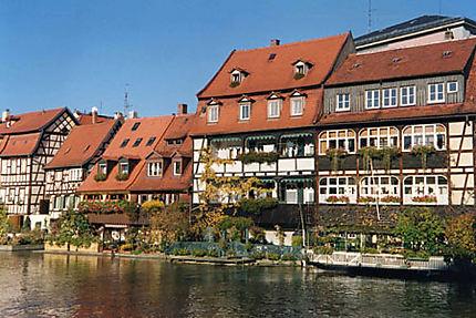 maisons sur le fleuve