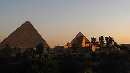 Hôtel devant les pyramides