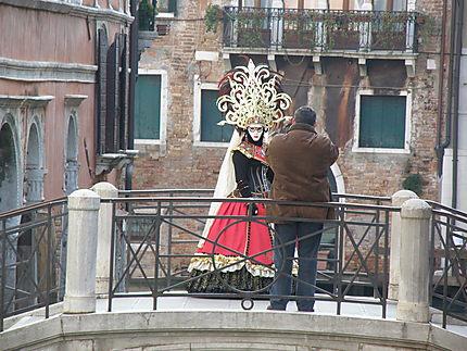 Scène sur un pont à Venise