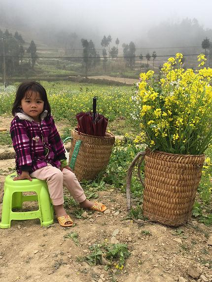"""Petite """"fleur"""" vendant des fleurs, Vietnam"""